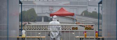Ambiente desolador a las afueras del Hospital de Wuhan, Hubei, China. Fotografía Prensa Libre: EFE
