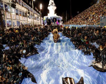 Dependiendo de la región, la música y baile se apoderan de los integrantes durante la celebración de Carnaval en varios países. Sambódromo en Río de Janeiro, Brasil. Fotografía Prensa Libre: EFE.