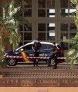 La Policía Nacional custodia un hotel en Adeje, Santa Cruz de Tenerife, este 25 de febrero, cuyos clientes y trabajadores se encuentran en vigilancia sanitaria, tras dar positivo en coronavirus de Wuhan un ciudadano italiano que se hospedaba en el establecimiento. (Foto Prensa Libre: EFE).
