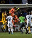 Nahuel Guzmán (c) portero de Tigres de México remata el balón en una jugada ante Alianza FC del Salvador. (Foto Prensa Libre: EFE)