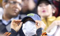 Dubai (United Arab Emirates), 28/02/2020.- A spectator wears a protective face mask at the Dubai Duty Free Tennis ATP Championships 2020 in Dubai, United Arab Emirates, 28 February 2020. The 2020 UAE Tour cycling race was cancelled on 27 February 2020 after two Italians were tested positive for the coronavirus Covid-19 disease (Tenis, Ciclismo, Emiratos Árabes Unidos) EFE/EPA/ALI HAIDER