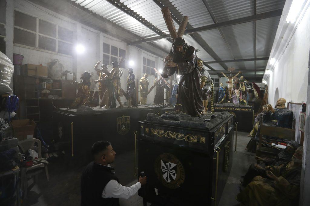 Los Pasos que representan estaciones del Viacrucis se encuentran albergados en una bodega donde se encontraba el antiguo colegio Betanzos. Foto Prensa Libre: Óscar Rivas