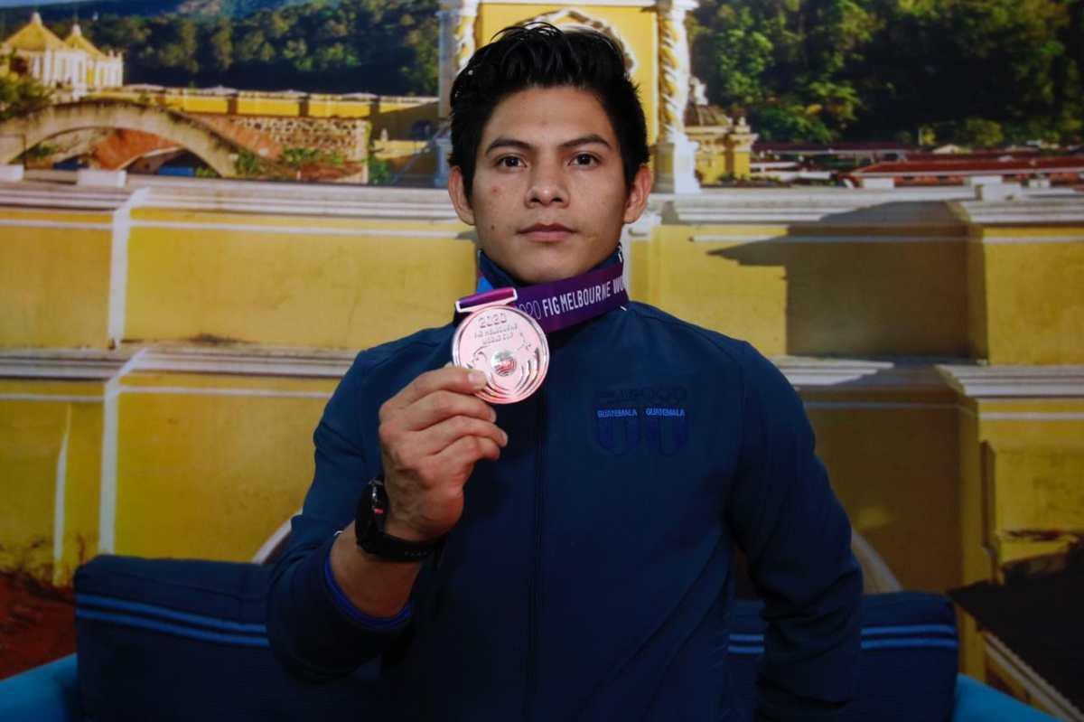 Jorge Vega regresa a Guatemala después de ganar plata en salto al potro
