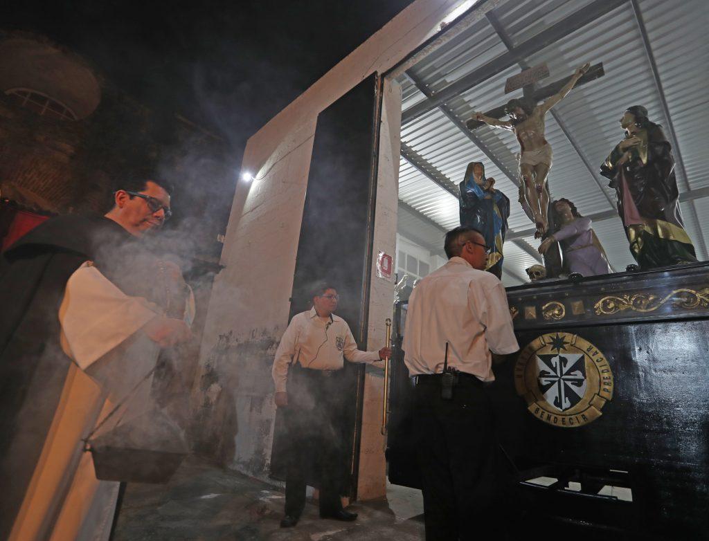 El acto era privado y se realizaba por la Hermandad del Señor Sepultado, pero desde 2017 el acto se ha hecho público y con la custodia de los Caballeros del Señor Sepultado. Foto Prensa Libre: Óscar Rivas