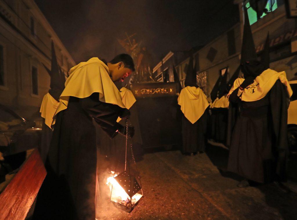 Durante el traslado varias personas queman incienso. Foto Prensa Libre: Óscar Rivas