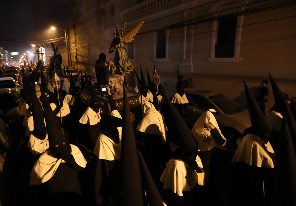 En el traslado participan más de 200 personas coordinadas por la Hermandad. Foto Prensa Libre: Óscar Rivas