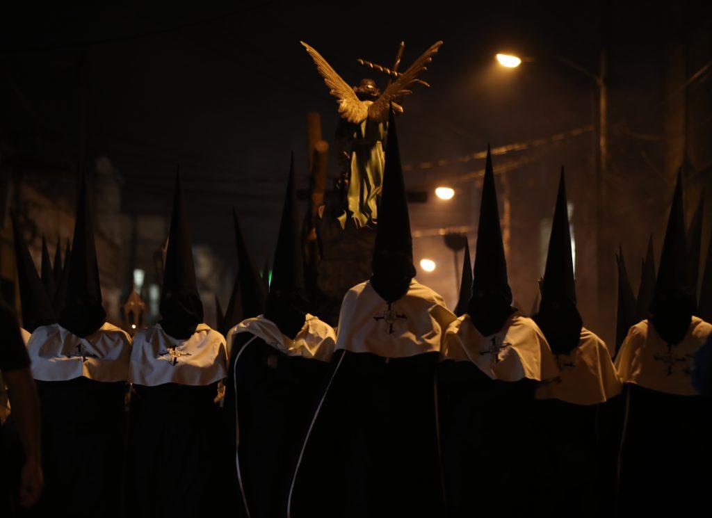 Los capirotes negros de los Caballeros del Señor Sepultado encabezan el cortejo. Foto Prensa Libre: Óscar Rivas