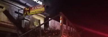 El tráiler que jalaba dos jaulas de caña volcó en el kilómetro 168.5 ruta al Pacífico. Foto Prensa Libre: Viajeros en Ruta / Facebook