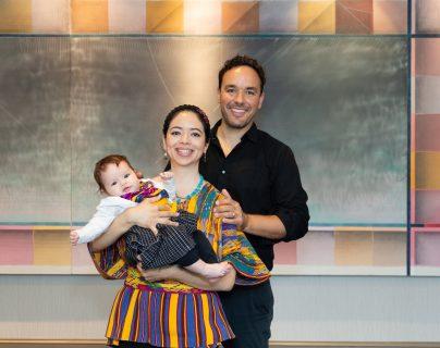 La doctora Susana Arrechea junto a su esposo el doctor Jalel Sager y su hija Aya de 4 meses después de haber recibido el galardón de la OWSD. (Foto Prensa Libre: Elsevier)