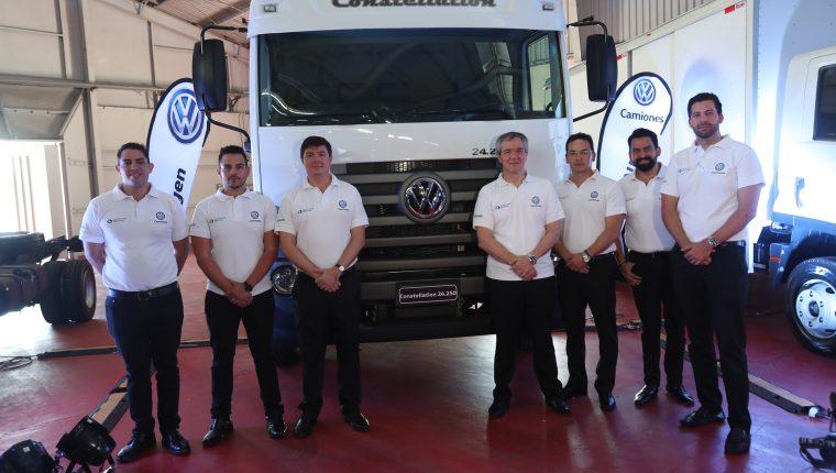 Leonardo Soloaga, director ventas internacionales de Volkswagen, junto a ejecutivos de Continental Motors. Foto Prensa Libre: Norvin Mendoza