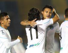 Agustín Herrera celebra con sus compañeros el gol del triunfo. (Foto Prensa Libre: Norvin Mendoza)