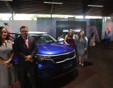 Representantes de Excel posan junto al nuevo Kia Seltos. Foto Prensa Libre: Norvin Mendoza