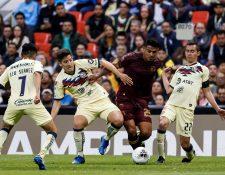 Los jugadores del América de México Leo Suárez (i), Santiago Cáseres (2i) y Paul Aguilar (d) disputan el balón con Alejandro Galindo. (Foto Prensa Libre: EFE)