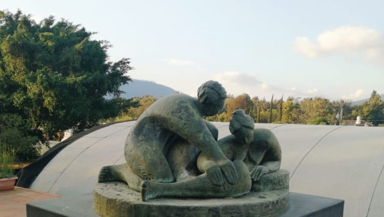 Artistas guatemaltecos inspirados en el amor.  Esta pieza muestra el trabajo del recién fallecido artista Luis Carlos.  (Foto Prensa Libre: Funba)