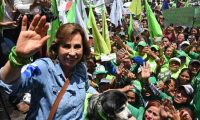 Guatemalan presidential candidate for the Union Nacional de la Esperanza (National Union of Hope) party, Sandra Torres, waves as she poses with her dog and supporters during her campaign's closing rally in Mixco municipality, Guatemala, on August 9, 2019. - Torres will face the presidential candidate for the Vamos (Let's Go) party Alejandro Giammattei in a run-off election on August 11. (Photo by Johan ORDONEZ / AFP)