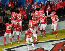 El equipo de los Chiefs de Kansas City ganó el Super Bowl 2020 el pasado domingo y varias empresas confeccionadoras de ropa deportiva en Guatemala recibieron órdenes de pedidos. (Foto Prensa Libre: AFP)