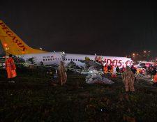 El vuelo de Pegasus Airlines aterrizó en medio de una tormenta en el aeropuerto Sabiha Gökcen en Estambul.  Fotografía Prensa Libre: AFP