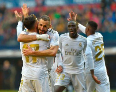 Lucas Vazquez es felicitado por sus compañeros, después de anotar en el partido del Real Madrid frente a Osasuna. (Foto Prensa Libre: AFP).