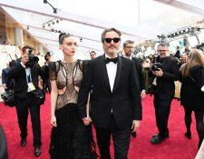 El actor estadounidense Joaquin Phoenix llega con Mara Rooney para el 92 ° Oscar en el Dolby Theatre de Hollywood, California, el 9 de febrero de 2020. (Foto Prensa Libre: AFP)