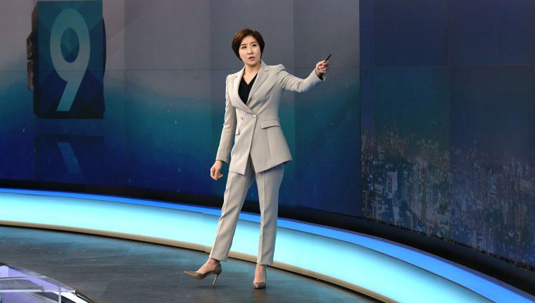 La presentadora Lee So-jeong durante el ensayo para el noticiero en horario estelar. (Foto Prensa Libre: AFP)