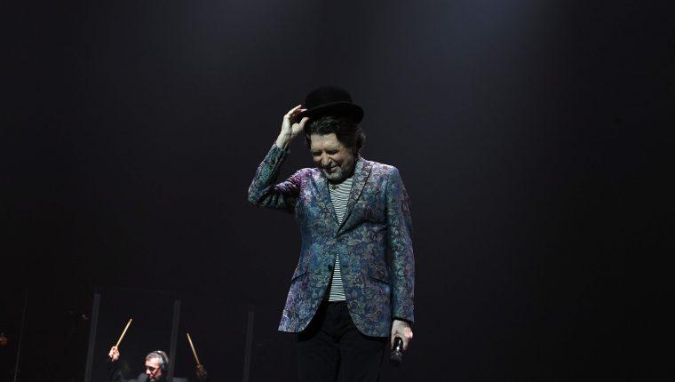 En esta foto de archivo tomada el 24 de noviembre de 2019, el músico español Joaquín Sabina se presenta durante su presentación con Joan Manuel Serrat (fuera de cuadro) en el Antel Arena de Montevideo, el 23 de noviembre de 2019. (Foto Prensa Libre: AFP).