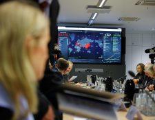 Periodistas filman la reunión de la unidad creada en Alemania para contener el coronavirus, este 28 de febrero. (Foto Prensa Libre: AFP)-