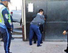 El piloto que causó la agresión contra un agente de la PMT en Villa Nueva fue detenido por la Policía. (Foto Prensa Libre: @SantosDalia).