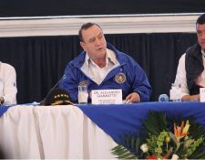 Alejandro Giammattei junto a otros funcionarios en Quetzaltenango. (Foto Prensa Libre: Miriam Figueroa).