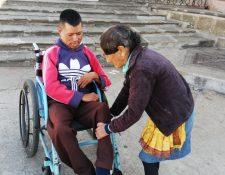 Alicia se encarga del arreglo personal de su hijo Rafael. (Foto Prensa Libre: Oscar Fernando García).