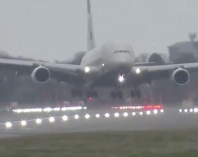 Avión aterriza en medio de la tormenta Dennis en Londres. (Foto: Pantallazo del video de La Vanguardia).