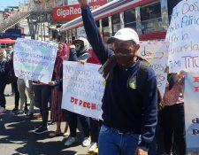 Manifestación afecta el tránsito en la calzada Roosevelt. (Foto Prensa Libre: La Red)