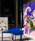 A la izquierda, el cartel de Urasawa Naoki titulado Ahora es tu turno. A la derecha, el de Araki Hirohiko titulado El cielo sobre la gran ola de Kanagawa. (Foto tomada de Nippon.com)