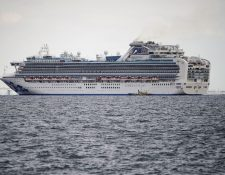 El crucero Diamond Princess está anclado en cuarentena frente al puerto de Yokohama, en Yokohama, Japón. (Foto Prensa Libre: EFE).