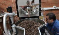 Tostadur'a de AnacafŽ. En la imagen se observa los granos de cafe los cuales son tostados, en un horno industrial .    Fotograf'a Erick Avila
