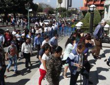 Evacuación en el Palacio Nacional de la Cultura. (Foto Prensa Libre: Esbin García).