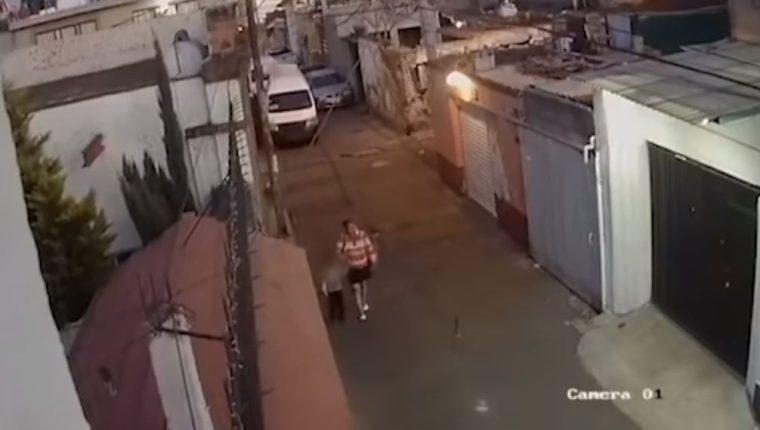 La mujer llegó a la escuela a recoger a Fátima. (Foto Prensa Libre: )