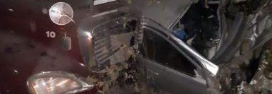 El vehículo de William Valdez chocó con un tráiler. (Foto Prensa Libre: Bomberos Voluntarios de Quetzaltenango).
