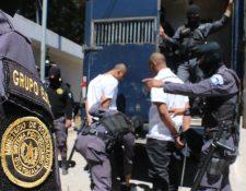 Custodios del Sistema Penitenciario ingresan a un vehículo a reclusos para trasladarlos a Pavoncito. (Foto Prensa Libre: Cortesía SP)