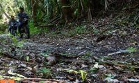 Dos de los tres presuntos cazadores que fueron captados por cámaras trampa a pocos kilómetros del núcleo del Parque Nacional Biotopo Dos Lagunas. (Foto Prensa Libre: Cortesía)