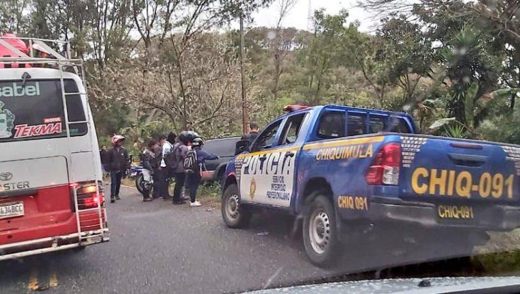 Socorristas trasladaron a un centro asistencial a cuatro motoristas arrollados en Esquipulas. (Foto Cortesía Roberto Aguja)