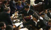 Ujieres del Congreso reparten comida durante la interpelación de Raúl Robles, ministro de Agricultura, en agosto de 2018. (Foto Prensa Libre: Hemeroteca PL)