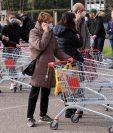 Residentes en la fila frente al supermercado Penny de Casalpusterlengo, una de las ciudades del norte de Italia que fueron bloqueadas debido al nuevo brote de coronavirus. (Foto Prensa Libre: AFP)
