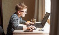 El Internet es una herramienta útil para la educación de los niños, pero debe ser utilizada de forma positiva para evitar riesgos. (Foto Prensa Libre: Servicios).