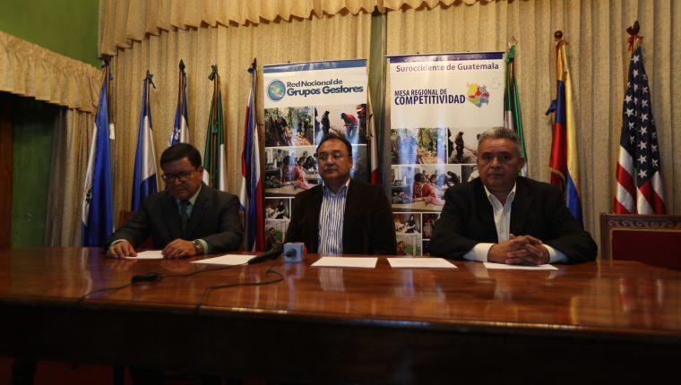Los diputados Adán Pérez, Nery Mazariesgos y Emilio de Jesús Maldonado en la conferencia de prensa para informar sobre el foro que realizaron los congresistas en Xela . (Foto Prensa Libre: Archivo)