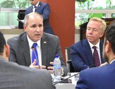 Mark Morgan, comisionado interino de Aduanas y Protección Fronteriza- de corbata azul- dialoga con el canciller guatemalteco Pedro Brolo -de espalda, saco azul-. (Foto Prensa Libre: Embajada de Estados Unidos en Guatemala)