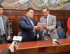Murphy Paiz, presidente de la postuladora, entrega el listado a Allan Rodríguez, presidente del Congreso. (Foto Prensa Libre: Guatemala Visible)