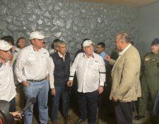 El presidente Alejandro Giammattei, el vicepresidente Guillermo Castillo y funcionarios ingresaron a la cárcel de Cantel. (Foto Prensa Libre: Presidencia)