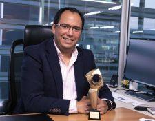 Gabriel Castillo, director ejecutivo de d4McCANN Guatemala, luce   el trofeo obtenido en el Festival del Ojo de Iberoamérica que se desarrollo en  Argentina.Foto Prensa Libre: Cortesía
