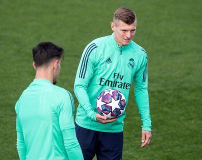 El centrocampista alemán del Real Madrid Toni Kroos, durante una de las prácticas. (Foto Prensa Libre: EFE)