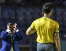 Miguel Herrera, director del América, critica al arbitraje durante el juego ante Comunicaciones. (Foto Prensa Libre: AFP)